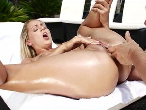 Teasing Babe Invites Him To Fuck Her In The Ass